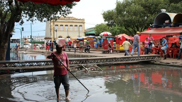 No Centro de Manaus, cheia prejudica comércio (Foto: Tiago Melo/G1 AM)