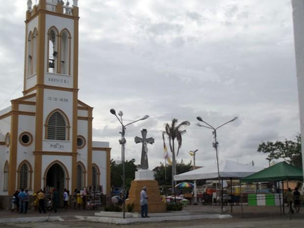Igreja matriz de Angicos estava preparada para missa desde as primeiras horas da manhã (Foto: Fernanda Zauli/G1)