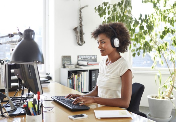Carreira ; ouvindo música no trabalho ; trilha sonora ; produtividade ; home office ;  (Foto: ThinkStock)