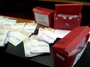 Novo prefeito de Paulínia mostrou cheques para fornecedores que estariam sem pagamento (Foto: Leandro Filippi / G1)