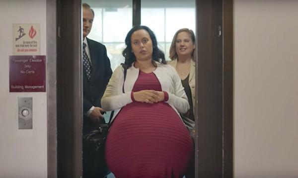Vídeo mostra mulher grávida há cinco anos para ironizar inexistência de licença-maternidade nos EUA (Foto: Reprodução / YouTube)