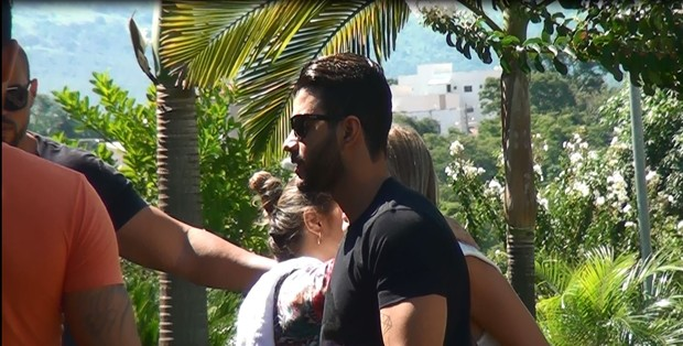 Gusttavo Lima no velório da mãe, em Patos de Minas  (Foto: site patosja.com.br)