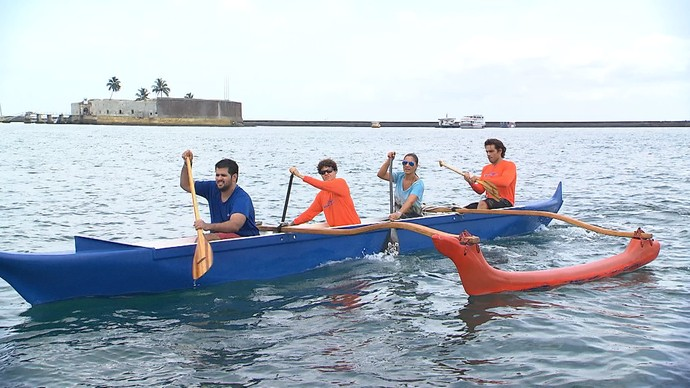 Jornalista Adriana Nogueira mostra a canoa havaiana (Foto: TV Bahia)