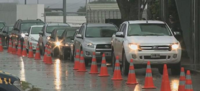 Carros fazem fila para entrar no Rio Grande do Sul por Uruguaiana (Foto: Reprodução/RBS TV)