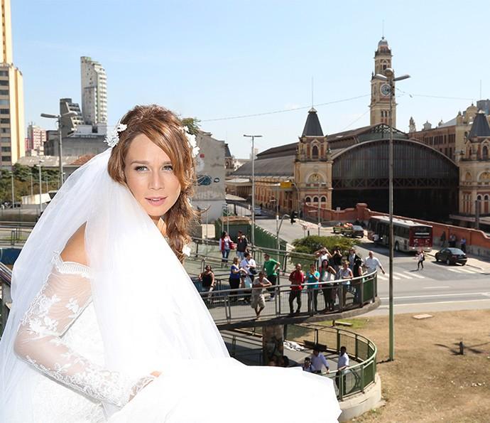 Mariana chama a atenção com figurino de noiva de Tancinha, posando em frente à Estação da Luz (Foto: Carol Caminha/Gshow)