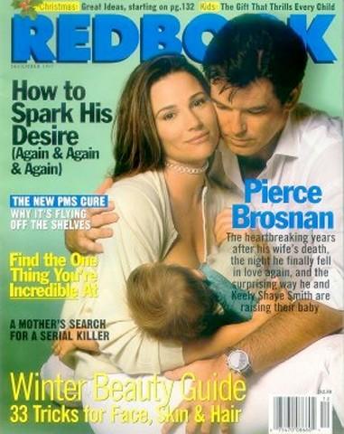 A jornalista e esposa de Pierce Brosnan estampou a capa da revista Redbook no final dos anos 90, amamentando seu primeiro filho. (Foto: Divulgação)