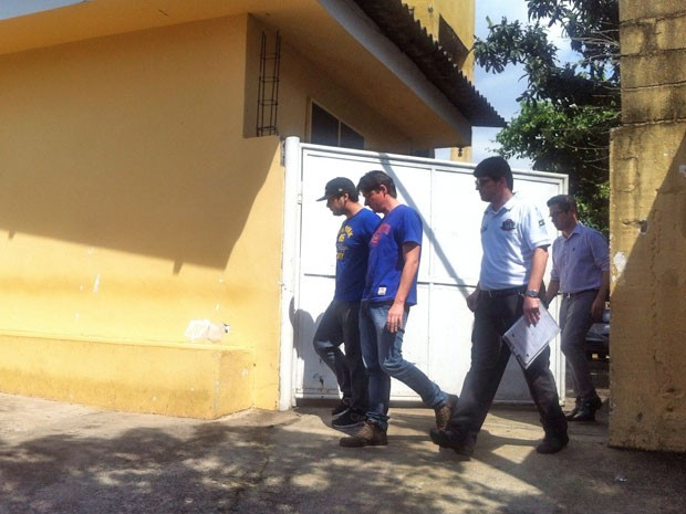Pai de gustavo, Giovanni Storto, deixa o IML ao lado de investigadores (Foto: Carolina Dantas/G1)