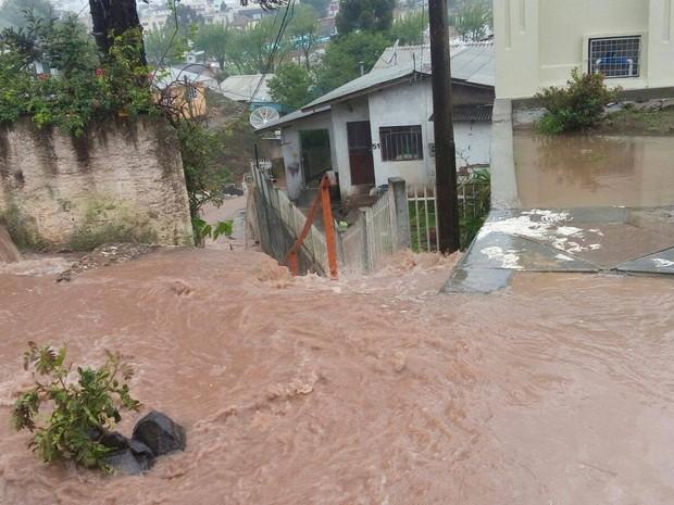 Chuva causa abertura na pavimentação da rua Virgílio Ramos (Foto: Eder de Liz/ Divulgação)