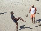 Ex-jogador Edílson, do 'Dança dos Famosos', treina futevôlei em praia
