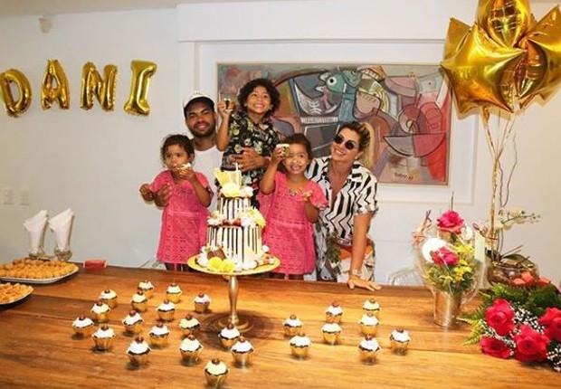 Dani Souza no seu aniversário com o marido, Dentinho e os filhos, Bruno Lucas, e as gêmeas Rafaella e Sophia (Foto: Reprodução/Instagram)