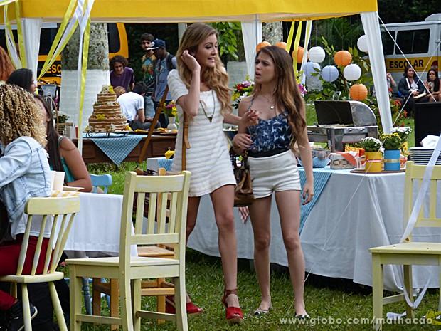 Sofia e Flaviana já começam a se estressar logo no começo da festa (Foto: Malhação / TV Globo)