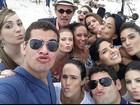 Thiago Martins posa ao lado de elenco de 'Flor do Caribe'