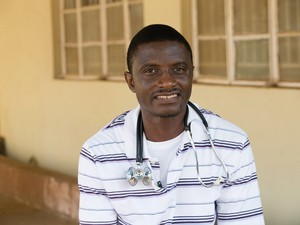 Martin Salia, médico que contraiu Ebola em Serra Leoa (Foto: United Methodist News Service/Mike DuBose/AP)