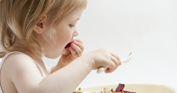 menina; comendo; alimentacao; vegetais (Foto: Thinkstock)
