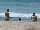 Sophie Charlotte e Daniel de Oliveira curtem dia de sol em praia do Rio