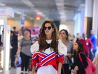 Izabel Goulart embarca com casaco estiloso em aeroporto no Rio