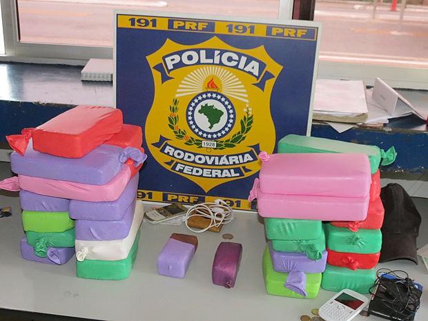 Droga foi encontrada em ônibus e seria levada para Minas Gerais (Foto: Assessoria/PRF)