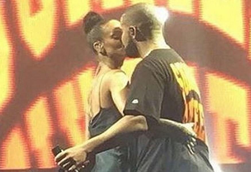Rihanna e Drake se beijam no show do rapper em Miami, nos Estados Unidos (Foto: Reproduo/Twitter)