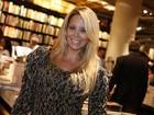 Danielle Winits aparece com novo visual em evento literário no Rio