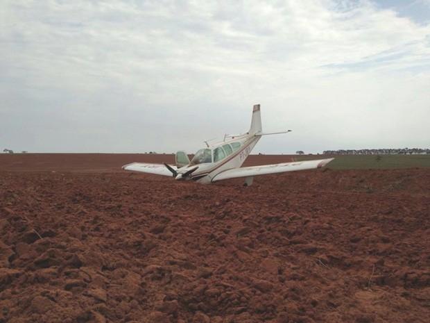 Avião teve a frente danificada com o pouso (Foto: Pablo Valler/TV TEM)