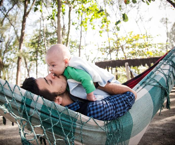 Comemorando seu primeiro dia dos pais, Felipe Simas posa com Joaquim (Foto: Raphael Dias / Gshow)