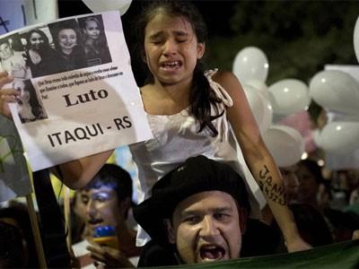 Passeata silenciosa em Santa Maria (Foto: Felipe Dana/AP)