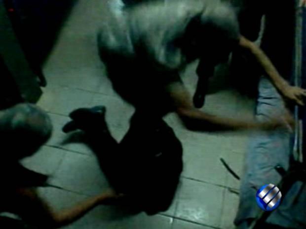 Soldados pulam sobre recruta, após espancá-lo dentro do quartel. (Foto: Reprodução/TV Liberal)