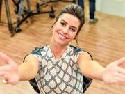A apresentadora Dai Fardin de braços abertos para receber cada mamãe no Estúdio C  (Foto: Priscila Fiedler/RPC)