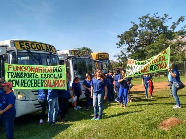 Motoristas de transporte escolar exibem faixas usadas em protesto contra atraso no pagamento de salários no DF (Foto: Gabriela Berrogain/G1)