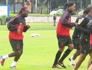 Love e Ronaldinho treino flamengo (Foto: Richard de Souza / globoesporte.com)