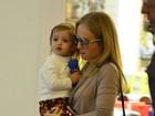 Angélica passeia com os filhos em shopping do Rio
