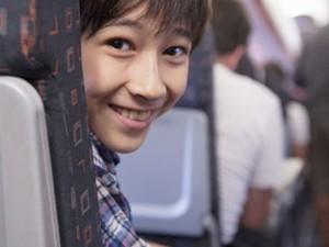 Criança em assento de avião (Foto: Kaori Ando / Image Source/ AFP)