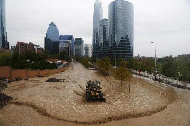 Imagem mostra áreas alagadas na capital Santiago no domingo (17) (Foto: Ivan Alvarado/Reuters)