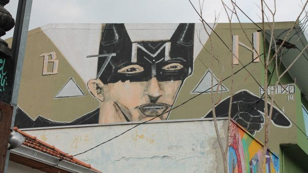 Grafite do homem-morcego deu origem ao apelido do local que passou a ser conhecido como Beco do Batman (Foto: Charles Humpreys/BBC)