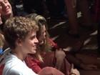 Sasha assiste a show da banda Arctic Monkeys coladinha com amigo