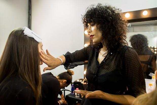 A maquiadora Fabiana Gomes 'em ao' no SPFW. (Foto: Andr Bittencourt)
