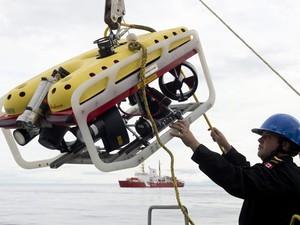 Membro da equipe mostra equipamento submarino usado na expedição de busca aos navios desaparecidos (Foto: AP Photo/The Canadian Press,Adrian Wyld)