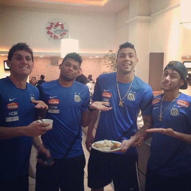 Neymar ao lado dos companheiros Rafael, André e Vladimir (Foto: Reprodução / Instagram)