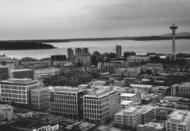 quatro prédios da amazon na região ao sul do Lake union, em seattle.  a empresa ocupa hoje 20 edifícios na cidade. E está construindo mais seis, alguns com mais de 30 andares (Foto: Nikki Kahn/The Washington Post)