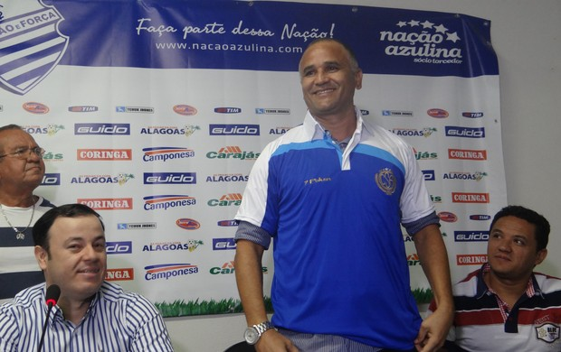 Oliveira Canindé veste a camisa do CSA durante apresentação oficial (Foto: Caio Lorena / GLOBOESPORTE.COM)