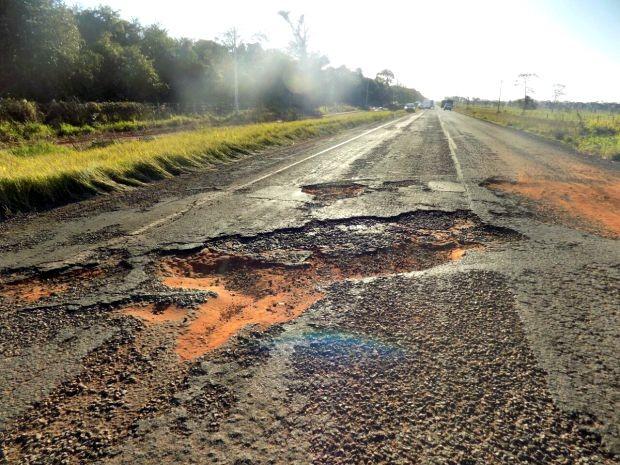 Buraco causou acidente na MS-395 entre Bataguassu e Brasilândia MS (Foto: Diego Oliveira/Cenário MS)