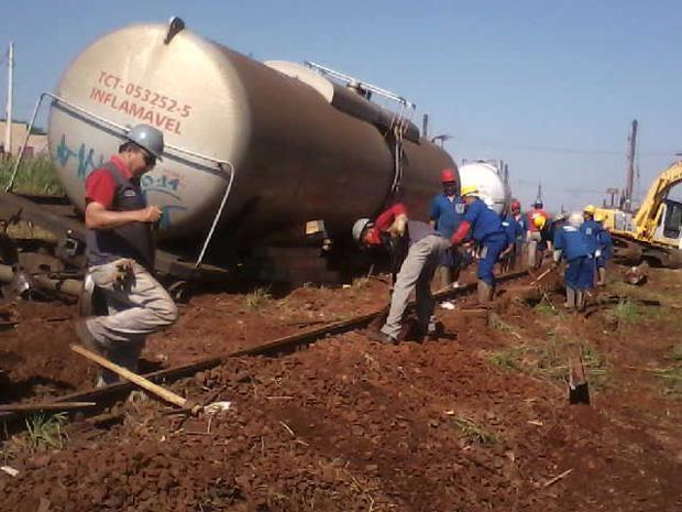 Vagões descarrilados transportavam 60 mil litros de óleo diesel. (Foto: Nilessa Tait)