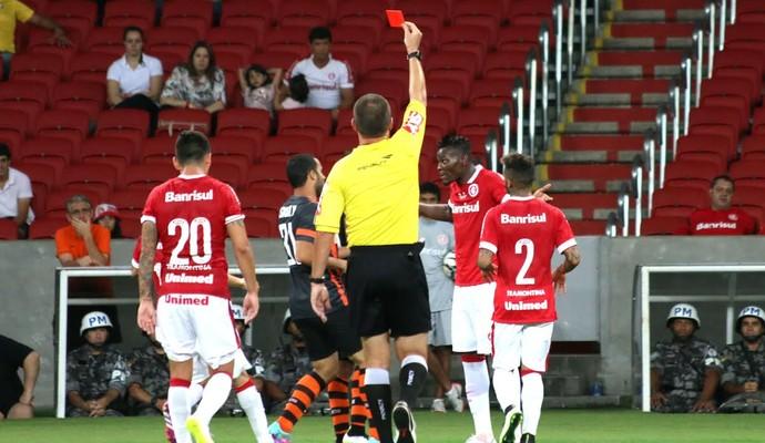 Jogo teve lances ríspidos e expulsões (Foto: Diego Guichard/GloboEsporte.com)