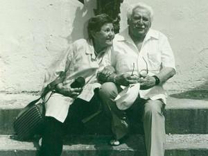 Em frente à Fundação Casa de Jorge Amado, no Largo do Pelourinho, em Salvador, os eternos companheiros Jorge Amado e Zélia Gattai (Foto: Acervo Zélia Gattai/Fundação Jorge Amado)