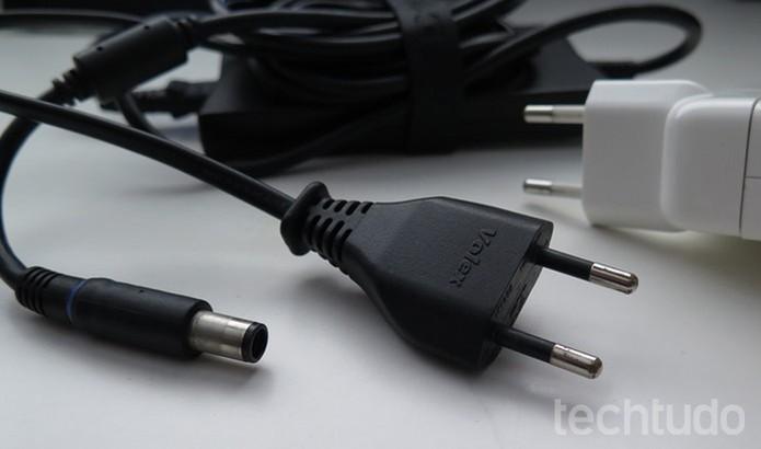 Tente outras tomadas e verifique se os cabos estão 100% (Foto: Daniele Starck/TechTudo)