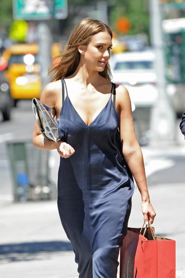 A atriz Jessica Alba passeia por Nova York (Foto: Getty Images)
