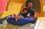 Henri Castelli se diverte com o filho Lucas em toboágua