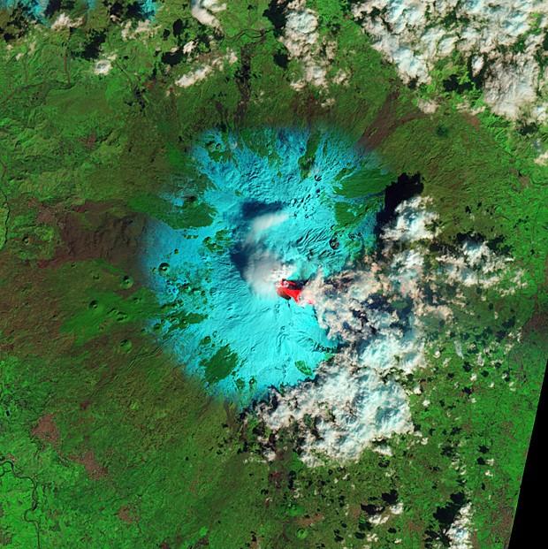 Vulcão Etna é visto em erupção por meio de imagem de satélite (Foto: Nasa Earth Observatory/Jesse Allen and Robert Simmon)