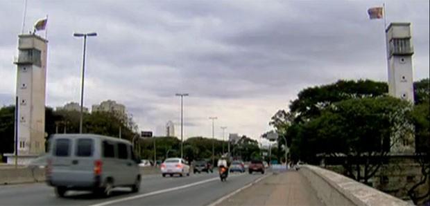 Base das torres da Ponte das Bandeiras virou moradia para duas famílias. (Foto: Reprodução/TV Globo)