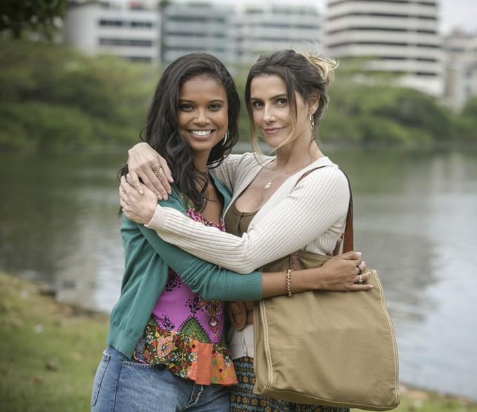Aline Dias e Deborah Secco no intervalo de gravação na Lagoa Rodrigo de Freitas (Foto: Raphael Dias/Gshow)